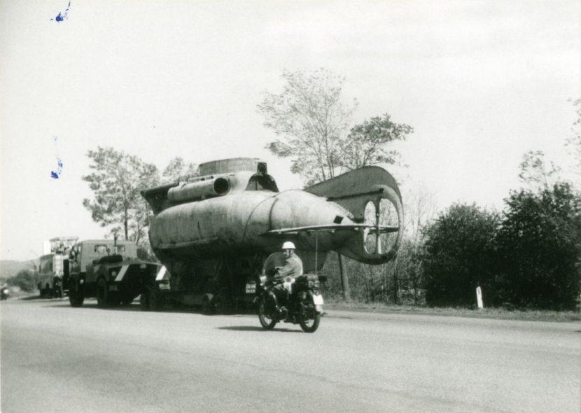 """""""I Vigili di scorta si preparano ad interrompere il traffico per far convergere il sottomarino nel campo del Museo"""""""