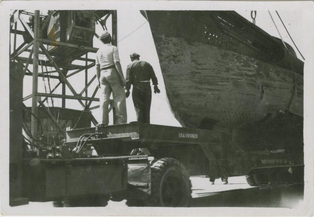 Il sommergibile, posizionato sul carrello messo a disposizione dall'autorità militare alleata, sta per essere condotto sul colle di San Vito