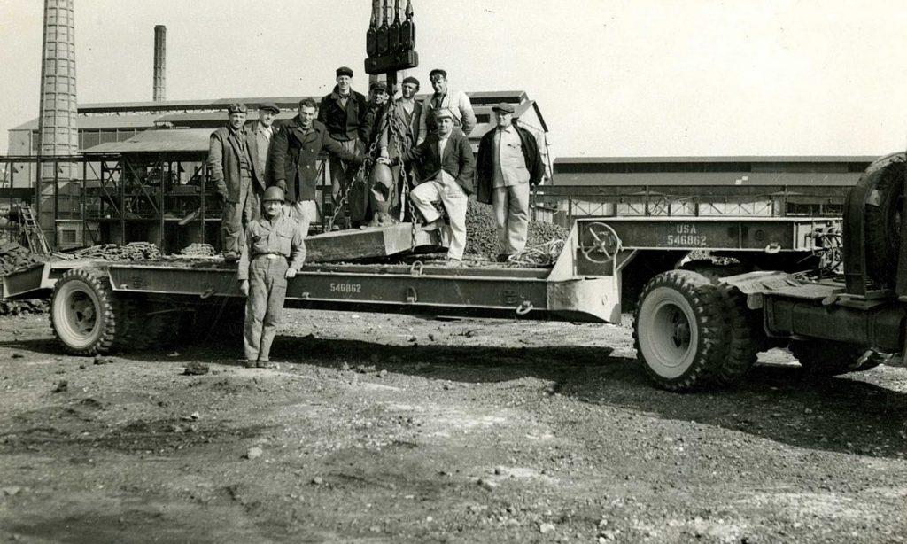 Ilva di Servola, 27 febbraio 1951. Una delle piastre viene caricata su un carro messo a disposizione dal G.M.A. per essere trasportato nel deposito di Diego de Henriquez sul colle di San Vito