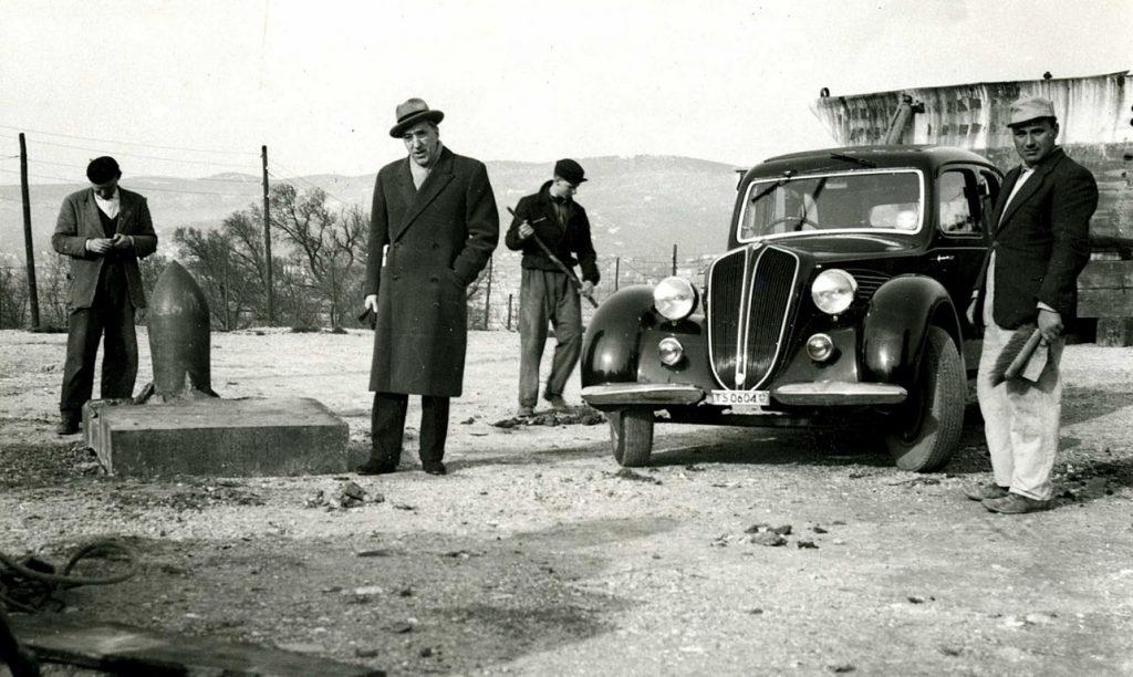 27 febbraio 1951. Il sindaco di Trieste, Gianni Bartoli, visita la collezione Henriquez nell'area della vecchia Sanza, sul colle di San Vito, e si sofferma a guardare una delle piastre corazzate appena arrivate a destinazione