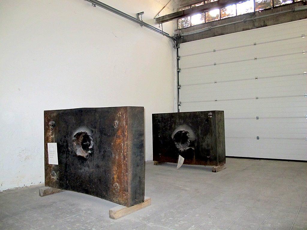 Le piastre corazzate nella vecchia collocazione all'interno dell'hangar 10 in via Cumano 22
