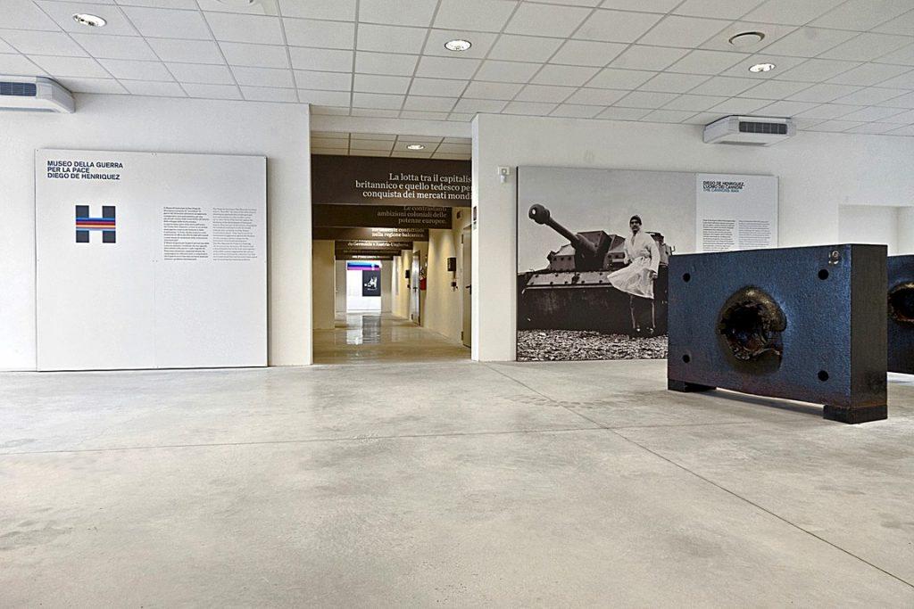 L'atrio dell'attuale Museo nell'edificio 4 del comprensorio di via Cumano con le piastre corazzate che introducono al percorso espositivo