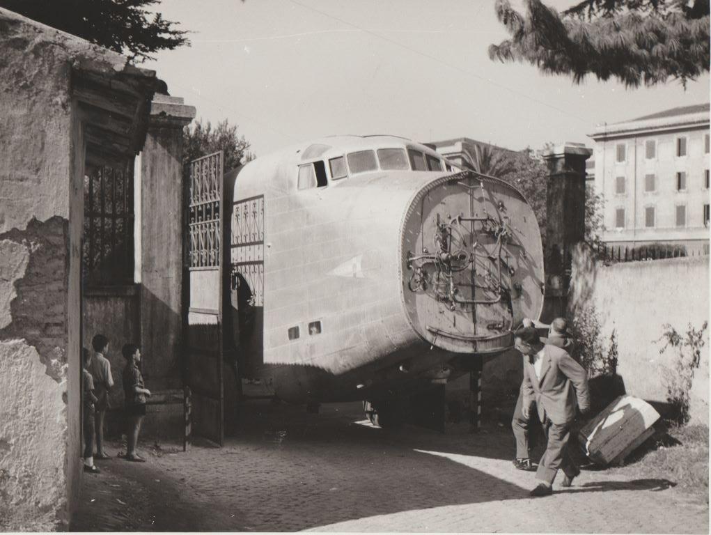 """6.- Non senza difficoltà il corpo principale del trimotore sta entrando nel comprensorio dell'ex caserma """"Principe di Piemonte"""""""